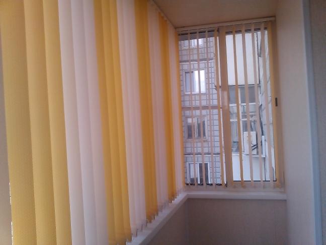 Вертикальные жалюзи на балконе.